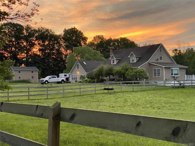 4 BR,  4.00 BTH Farmhouse style home in Crawford
