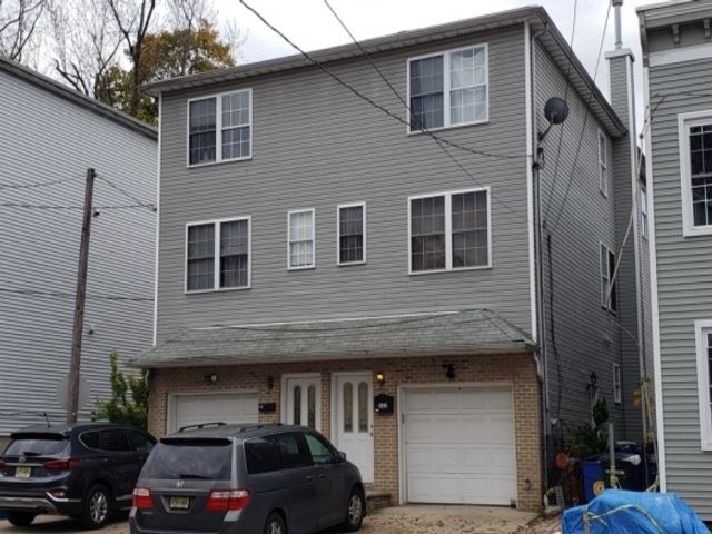 3 BR,  2.50 BTH Colonial style home in Orange