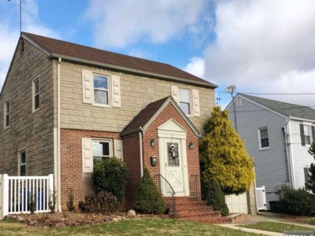 3 BR,  2.00 BTH Colonial style home in Clifton