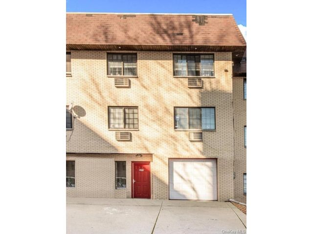 7 BR,  3.00 BTH Colonial style home in Woodlawn