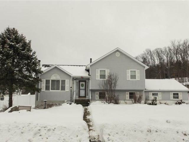 4 BR,  2.00 BTH  Split level style home in Newburgh