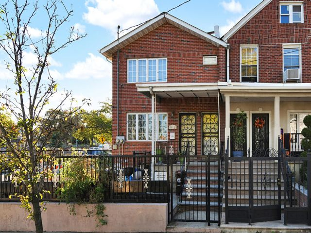 5 BR,  4.50 BTH Colonial style home in Fresh Meadows