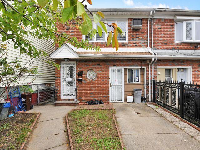 6 BR,  3.00 BTH Colonial style home in North Richmond Hill