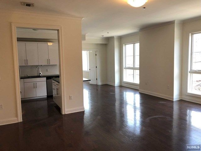 3 BR,  2.00 BTH Apartment style home in Fort Lee