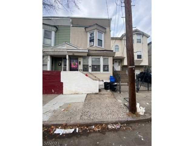 3 BR,  1.50 BTH House style home in Newark