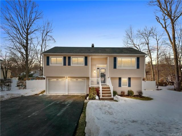 4 BR,  2.00 BTH Raised ranch style home in Woodbury Town