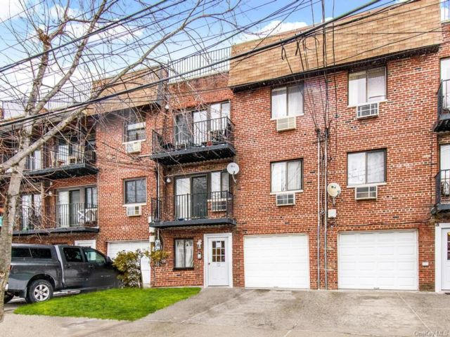 3 BR,  2.00 BTH  Apartment style home in Throggs Neck