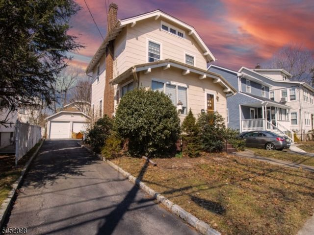 3 BR,  1.00 BTH Colonial style home in Bloomfield