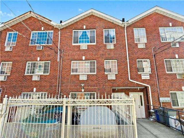 8 BR,  5.00 BTH Townhouse style home in Claremont Park