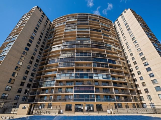 1 BR,  1.00 BTH Hi-rise style home in Weehawken