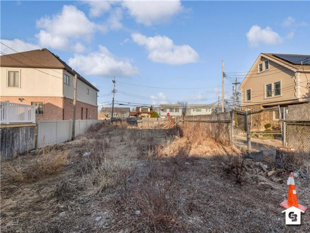 Lot <b>Size:</b> 45 x 120  Land style home in Gerritsen Beach