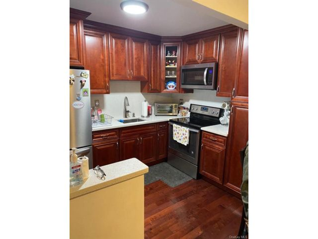 10 BR,  4.00 BTH  Other style home in Soundview