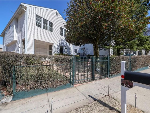 4 BR,  2.00 BTH Single family style home in Willowbrook