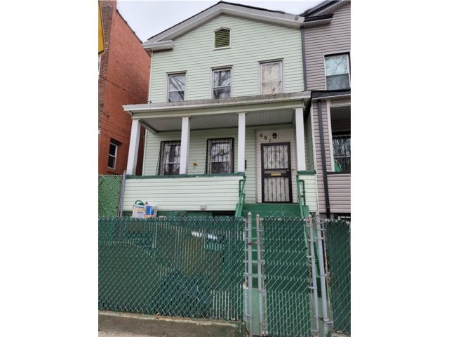 4 BR,  3.00 BTH Multi-family style home in Wakefield