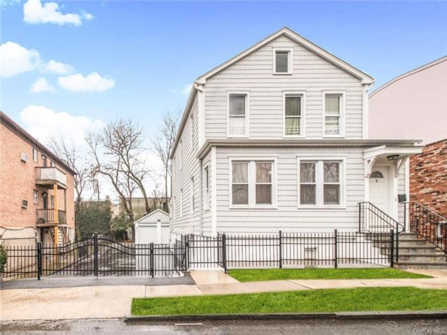 6 BR,  2.00 BTH Colonial style home in Yonkers