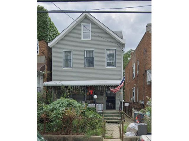 4 BR,  2.00 BTH House style home in Wakefield
