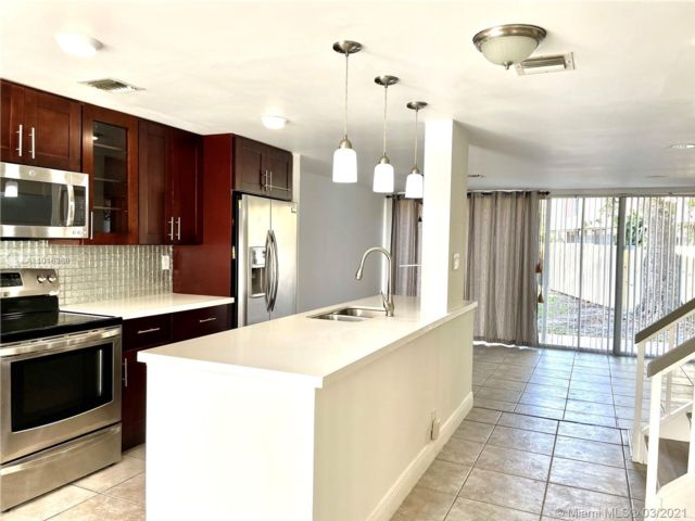 2 BR,  2.50 BTH  style home in Oakland Park