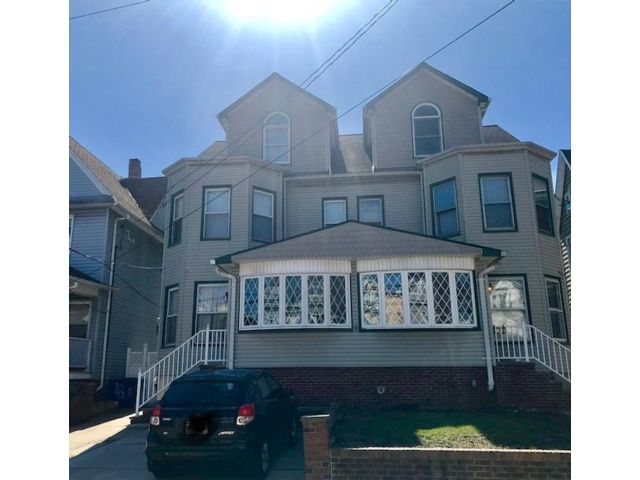4 BR,  2.55 BTH Colonial style home in Bayonne