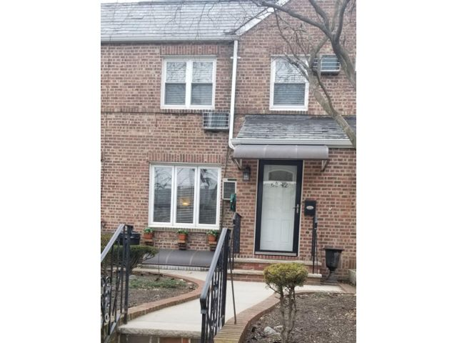 3 BR,  1.00 BTH Townhouse style home in Maspeth
