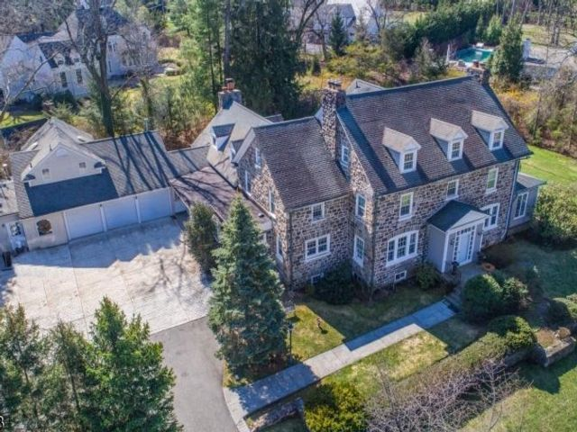 7 BR,  5.56 BTH Colonial style home in Essex Fells