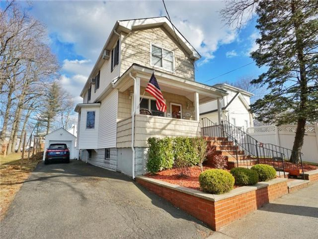 3 BR,  2.00 BTH  Single family style home in Eltingville