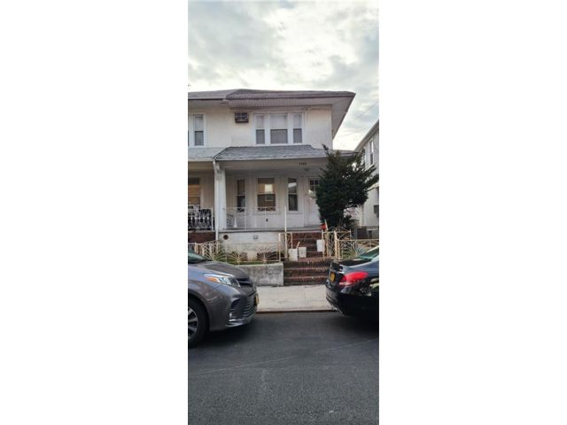 3 BR,  3.00 BTH  Single family style home in Gravesend