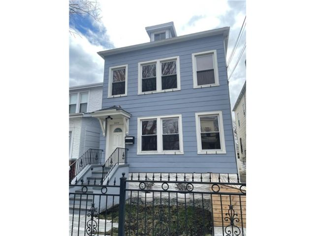 7 BR,  3.00 BTH Colonial style home in Wakefield