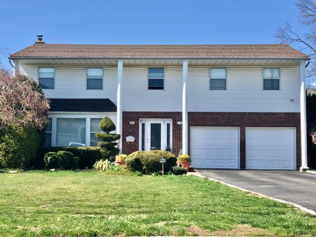 4 BR,  2.50 BTH Colonial style home in Plainview