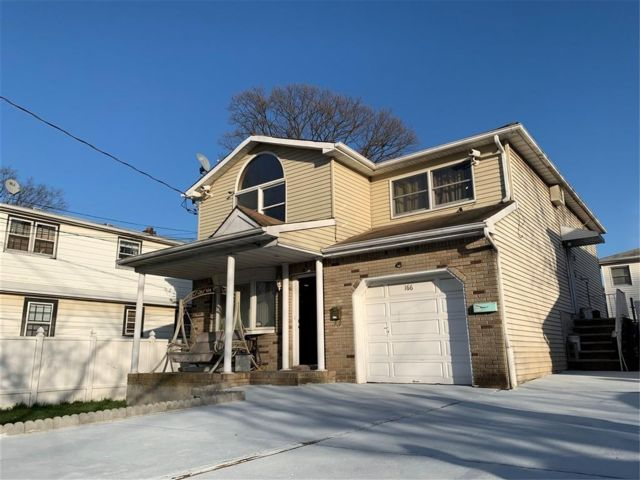 5 BR,  3.00 BTH Multi-family style home in Great Kill