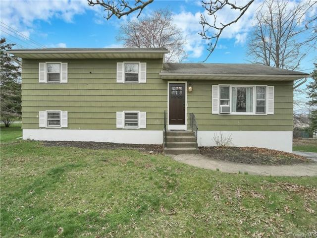 3 BR,  2.00 BTH  Split level style home in Newburgh