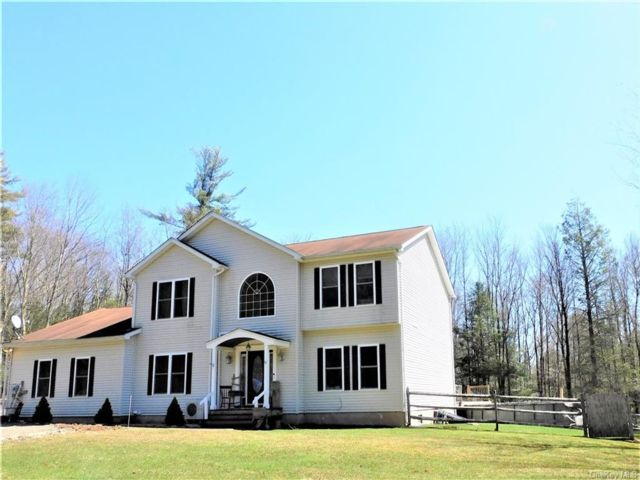 4 BR,  4.00 BTH Colonial style home in Neversink