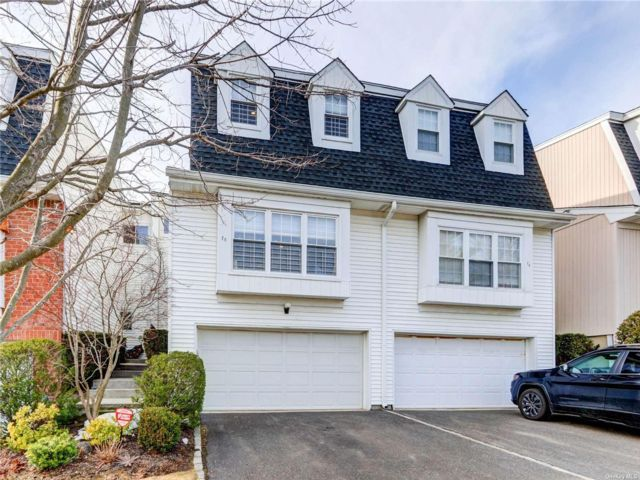 3 BR,  2.50 BTH Townhouse style home in Syosset