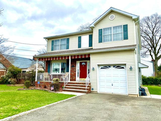 4 BR,  2.55 BTH   style home in Linden