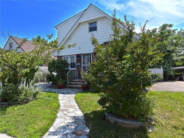 3 BR,  2.50 BTH Single family style home in Elmont