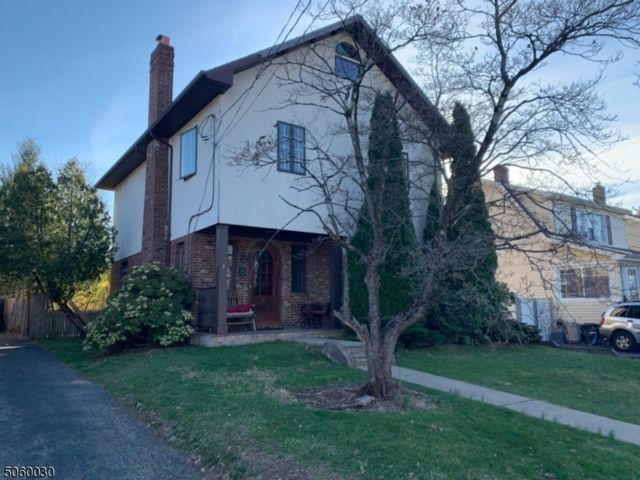 4 BR,  2.00 BTH Colonial style home in Roseland