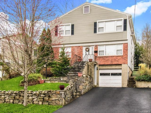 6 BR,  2.00 BTH Colonial style home in Eastchester