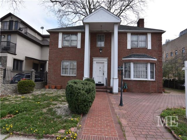 4 BR,  4.00 BTH Single family style home in Midwood
