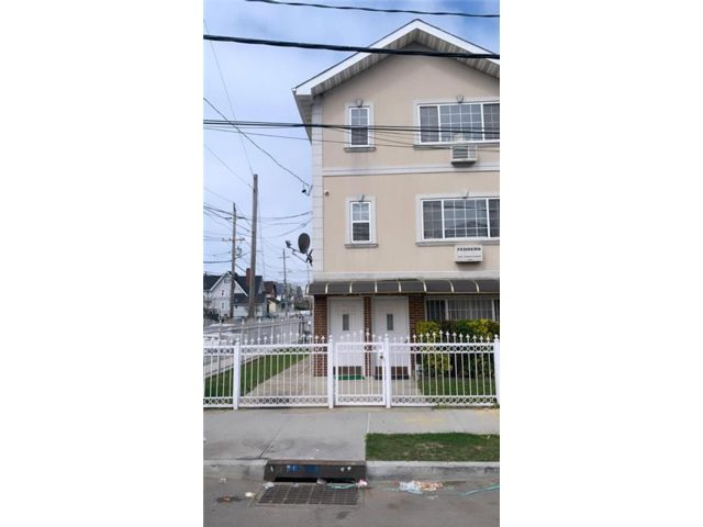 8 BR,  6.00 BTH Multi-family style home in Bayswater