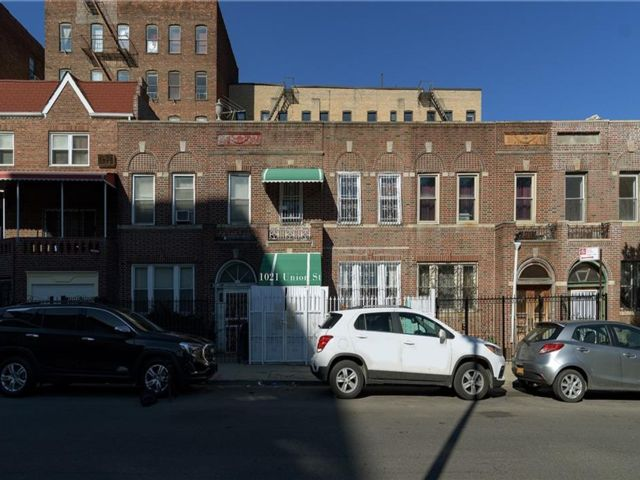 4 BR,  2.00 BTH Single family style home in Crown Heights