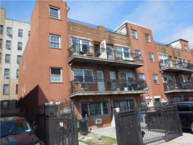 8 BR,  5.00 BTH Townhouse style home in Soundview