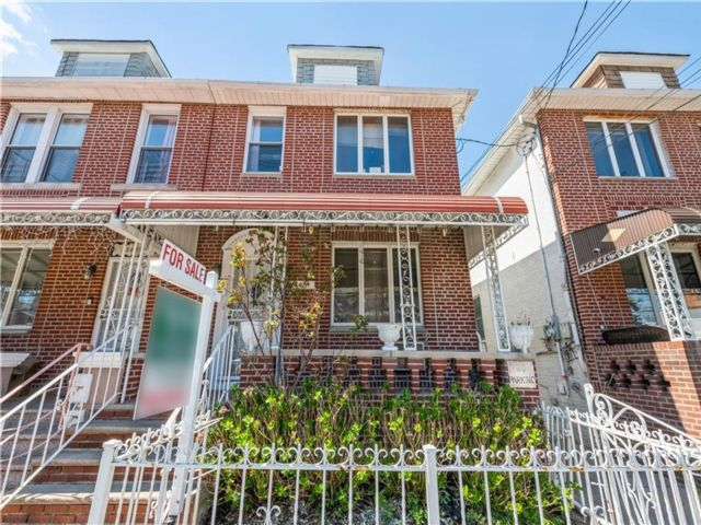 7 BR,  2.55 BTH Multi-family style home in Gravesend