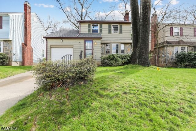 4 BR,  2.50 BTH Colonial style home in Bloomfield