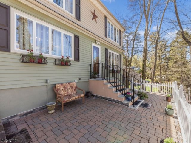 3 BR,  2.00 BTH Colonial style home in Oakland