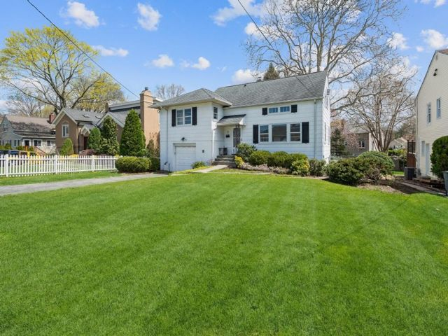 3 BR,  4.00 BTH Split-level style home in Eastchester