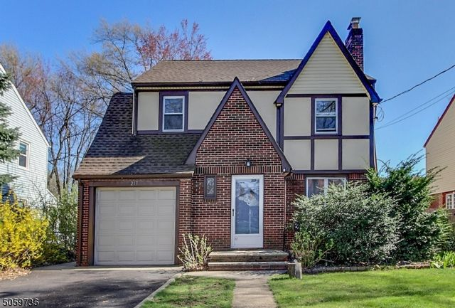 3 BR,  2.50 BTH Colonial style home in Bloomfield