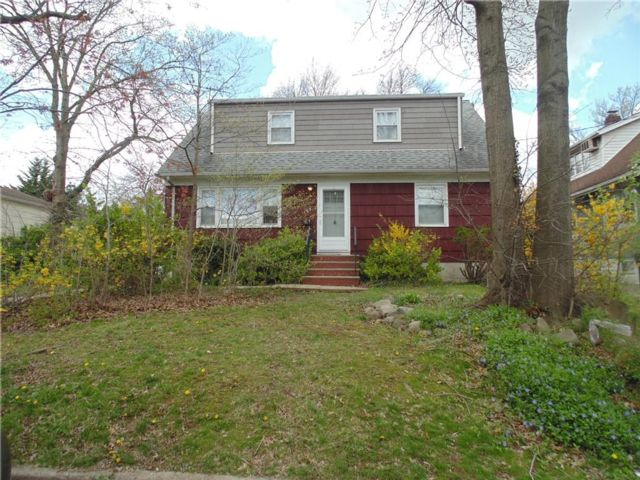 6 BR,  2.00 BTH  Single family style home in Eltingville