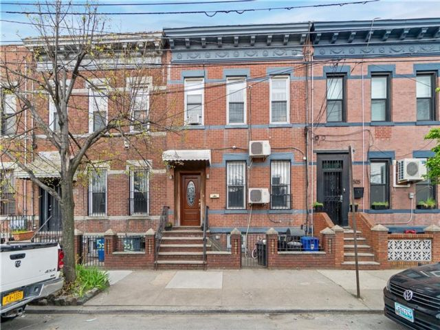 4 BR,  3.00 BTH Multi-family style home in Greenpoint