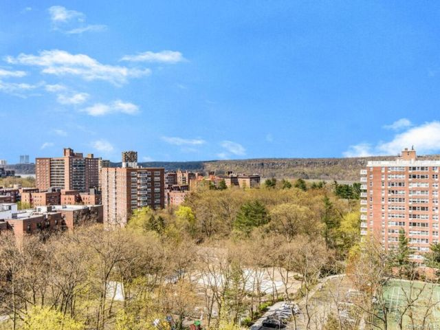2 BR,  2.00 BTH High rise style home in Riverdale