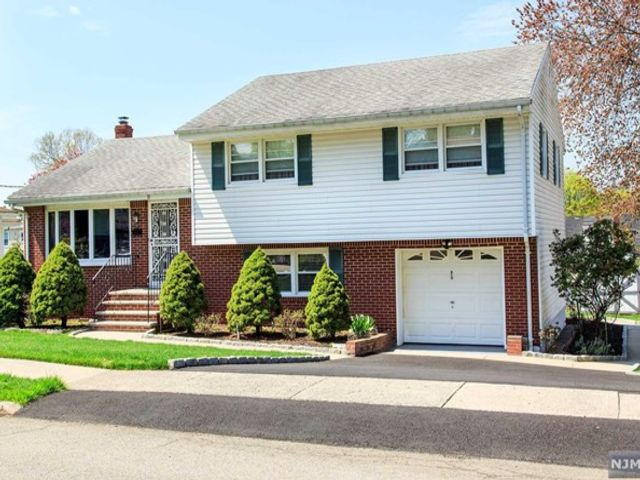 3 BR,  2.50 BTH Split level style home in Dumont