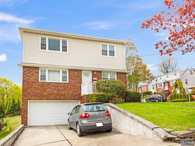 5 BR,  2.50 BTH 2 family style home in Lyndhurst
